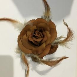 Роза на булавке с перьями 10 см коричневый светлый (Штука)
